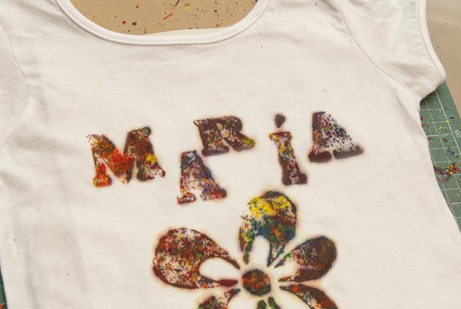 camiseta con ceras diy, crayon shirt diy